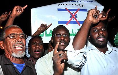 מפגינים נגד ישראל בחרטום (צילום: AFP)