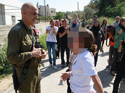הילדה נשלחה להתעמת גם עם מפקד האוגדה (צילום: אהוד אמיתון, סוכנות תצפית)