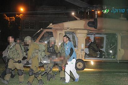 פינוי הפצועים לסורוקה, הערב (צילום: הרצל יוסף)