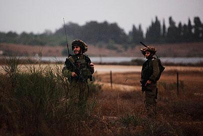 """חיילי צה""""ל באזור הרצועה (צילום: רויטרס)"""