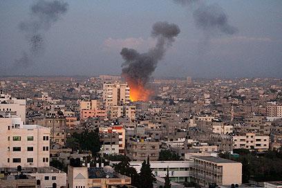 הפצצות חיל האוויר בעזה אחרי חיסול ג'עברי (צילום: AP)