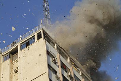 הפגיעה בבניין ערוץ הטלוויזיה של חמאס (צילום: AFP)