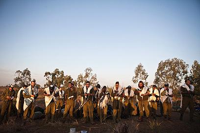 נושאים תפילה לפני הפלישה (צילום: רויטרס)