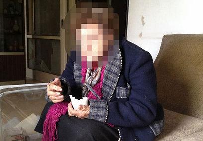 ניצולת השואה ש'. נמצאה יושבת בגשם (צילום: אסי ברגל)