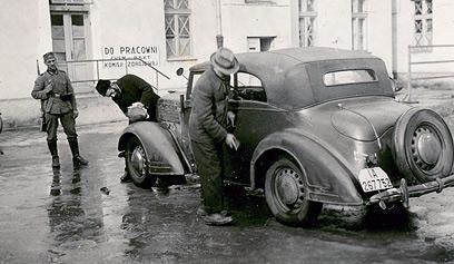 מתקן הבראה לחיילים גרמנים. הגרמנים הביאו למתקן יהודים כדי שינקו את רכביהם וכדי להעסיק אותם בעבודות משפילות נוספות. מתמונה זו ואחרות נראה שלעבודה נלקחו דווקא גברים חלשים, כדי שיתקשו במלאכה