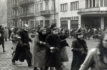 גטו ורשה.   במהלך החיפושים נמצאו מאות תמונות של הרחובות היהודיים בגטו, שמהן ניתן ללמוד דווקא על חיי השגרה בגטו