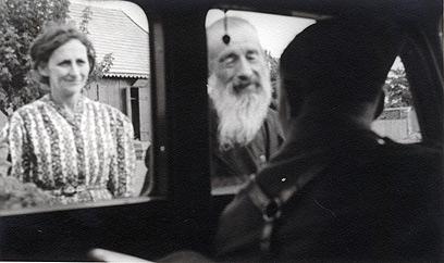 החייל שישב ברכב עבר בין כפרים ועיירות יהודיות, וצילם את היהודים שפגש בדרכו. ניכר עליהם שלא חששו ממנו, ושיתפו פעולה עם התמונות