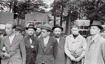 עבודות כפייה בקראקוב. חיילים שפיקחו על עבודות הכפייה צילמו סדרת תמונות שבהן נראים יהודים במחנות. כמה מאותם חיילים בוורמאכט צילמו את אותם אנשים לאורך זמן, כך שאפשר ללמוד מהתמונות לא מעט על חייהם