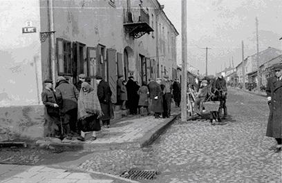קונסקי. במהלך הפלישה לפולין, שהתה הצלמת נלי ריפנשטאהל בעיירה קונסקי בזמן ש-30 אזרחים הוצאו להורג שם כנקמה על מרד שביצעו לכאורה בחיילים גרמנים. לפי ספר זיכרונותיה, ריפנשטאהל ניסתה לעצור את המתרחש אך חייל גרמני זועם איים עליה באקדח שיירה בה במקום. היא טענה כי לא ידעה שהקורבנות היו יהודים. בתמונה זו רואים את הבניין שלידו נורו היהודים למוות