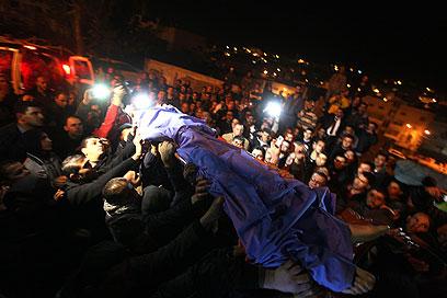 גופתו של הנער הפלסטיני ההרוג, אמש בחברון (צילום: EPA)