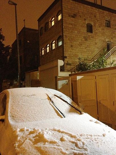 מכונית מכוסת שלג בבקעה בירושלים