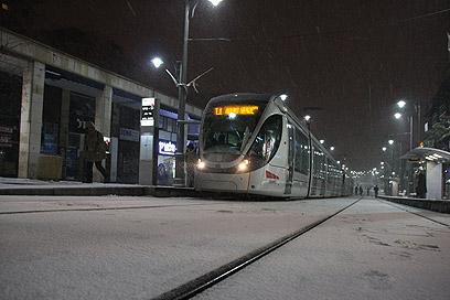 הרכבת הקלה בירושלים על השלג (צילום: לירן תמרי)