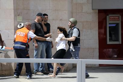 חילוצה של מרים כהן, בת הערובה (צילום: AFP)