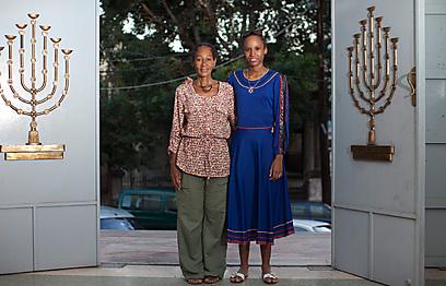 בפתח בית הכנסת של הקהילה היהודית בהוואנה (צילום: בני לוין)