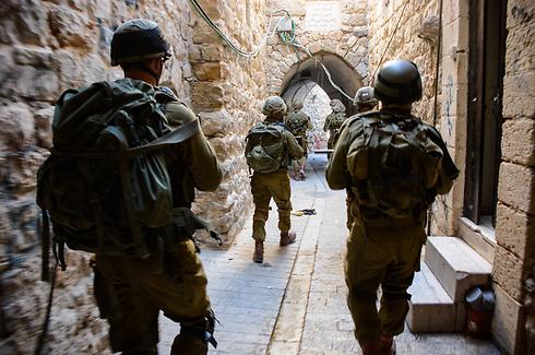 Nahal troops scanning Hebron (Photo: IDF Spokesman)  (Photo: IDF Spokesman)