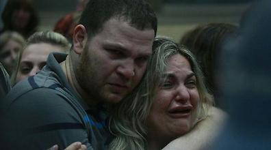 האם בזרועות בנה הבכור (צילום: אבי מועלם)