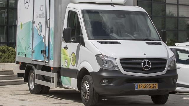 מקורי מרצדס - משאית ראשונה בישראל על גז טבעי LL-12