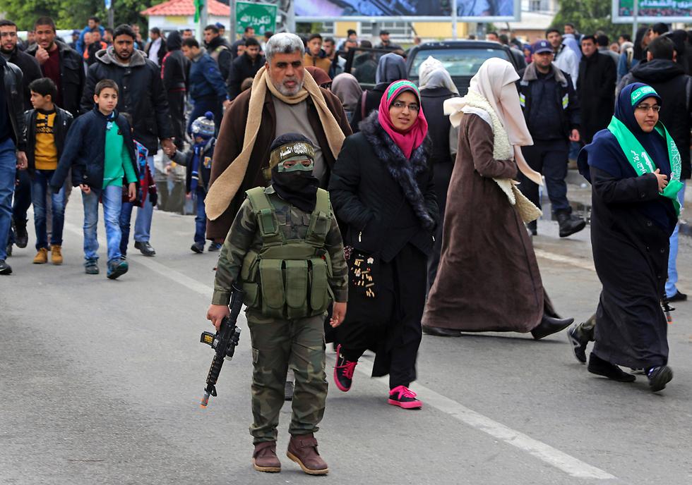 עזה Photo: איום בעברית וילדים לבושים כמחבלים בעצרת ענק של חמאס בעזה