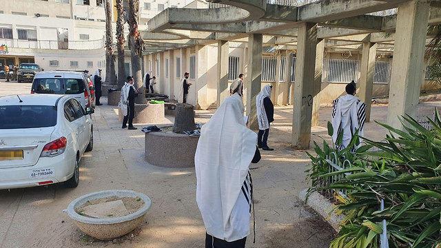 """התו הסגול"""" לבתי הכנסת: """"גבאי קורונה"""" ומתפללים קבועים בלבד"""
