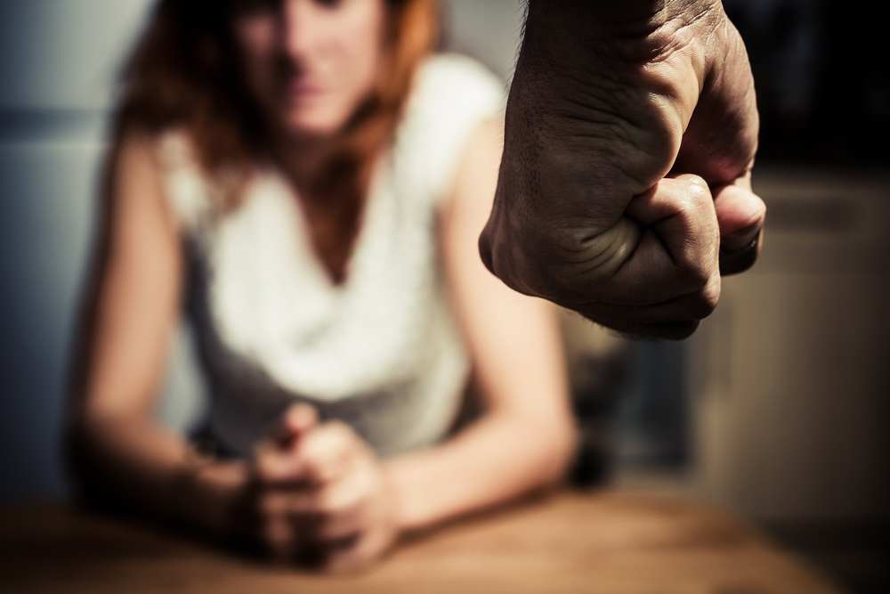 """""""התנפל עליה ותקף אותה באכזריות רבה"""". האישה נמנעה מלהתלונן כי פחדה (צילום: shutterstock) (צילום: shutterstock)"""