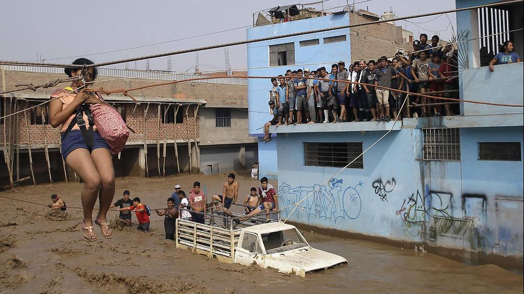 Peruvians cope with the impact of El Niño  (Photo: AP)