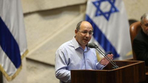 Blue and White MK Avi Nissenkorn addresses the Knesset as it votes to dissolve itself  (Photo: Alex Kolomoisky)