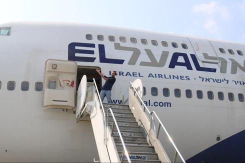 כתבנו איתי בלומנטל נפרד מהמטוס בתמונה שממחישה את גודלו של הג'מבו (צילום: איתי בלומנטל)