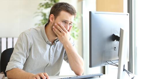 Бизнесмен у компьютера  ()