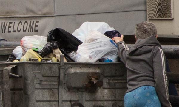 An elderly person rummaging through trash  (Photo: Yedioth Ahronoth)