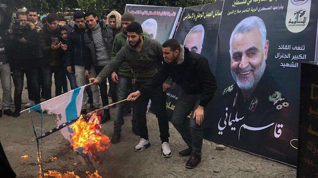 Palestinians in Gaza City set fire to American and Israeli flags as they mourn Iranian general Qassem Soleimani  ()