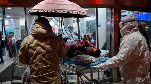 """סין הפכה לבית קברות אחד גדול  קצב הדבקות של 1000 אנשים ליום- 30מתים ביום-2744נדבקו בנגיף-80 מתו בסין-הונק קונג 5 מקאו2-צרפת 3 אוסטלריה 5-ארה""""ב 3-ישראל 1 9743006_0_40_1300_732_large"""