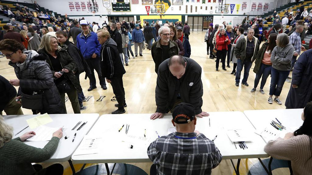 Voters in Iowa line up to vote in Democratic primaries  (Photo: AP)