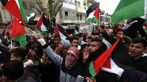 Demonstrators in Ramallah protesting the U.S. peace plan  ()