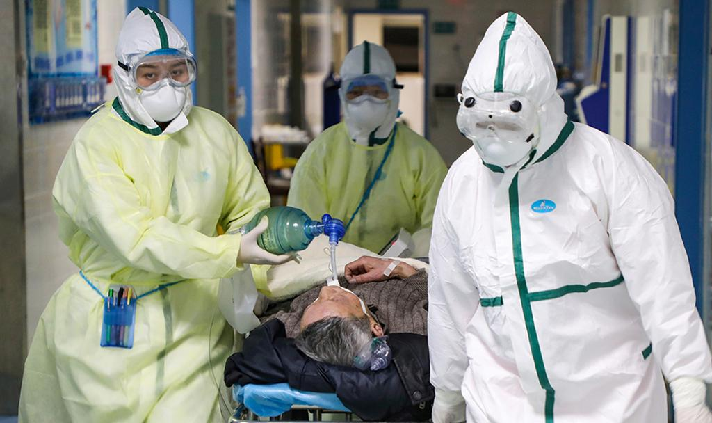 חולה קורונה מובהל לבידוד בווהאן (צילום: רויטרס)