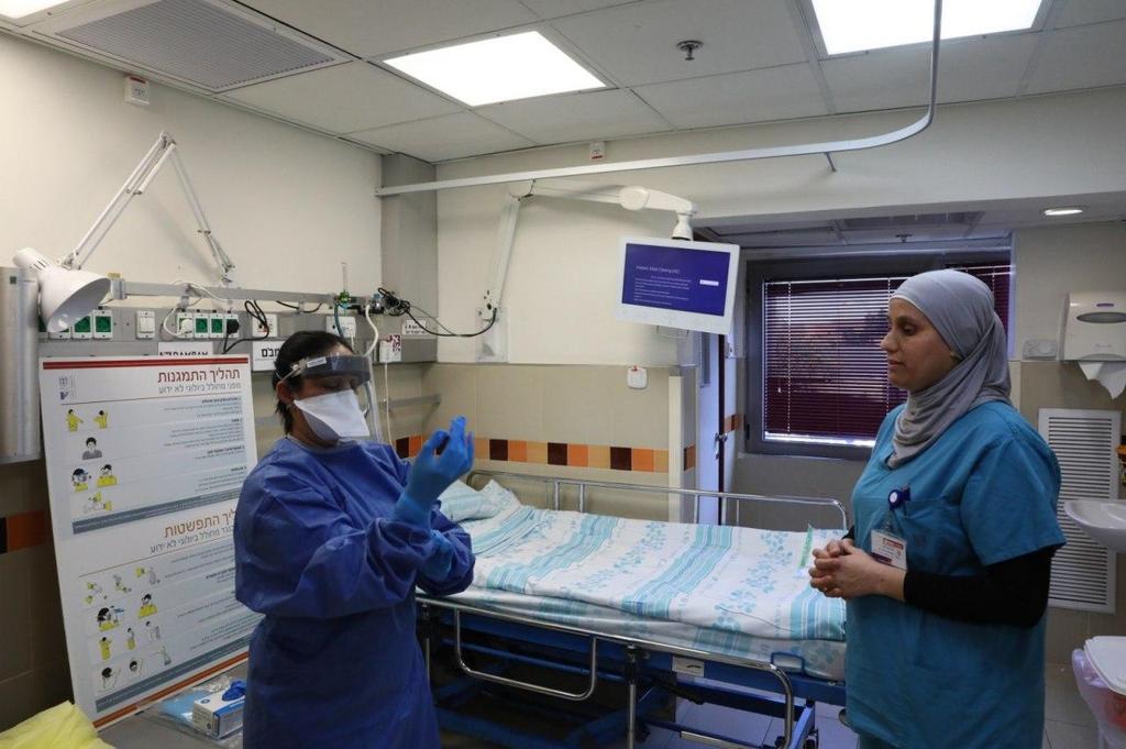 Medical staff at the coronavirus ward at Rambam Health Care Campus in Haifa  ()