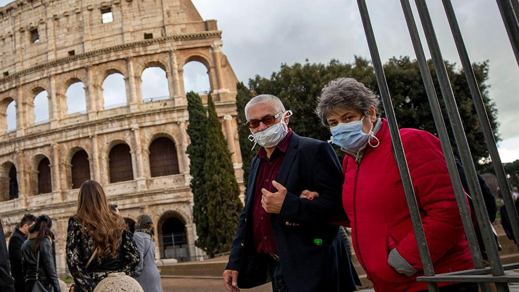 Visitors wearing masks at the Colosseum in Rome   ()