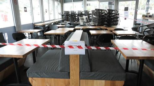 Кафе в Хайфе во время карантина. Фото: Шамир Эльбаз ()