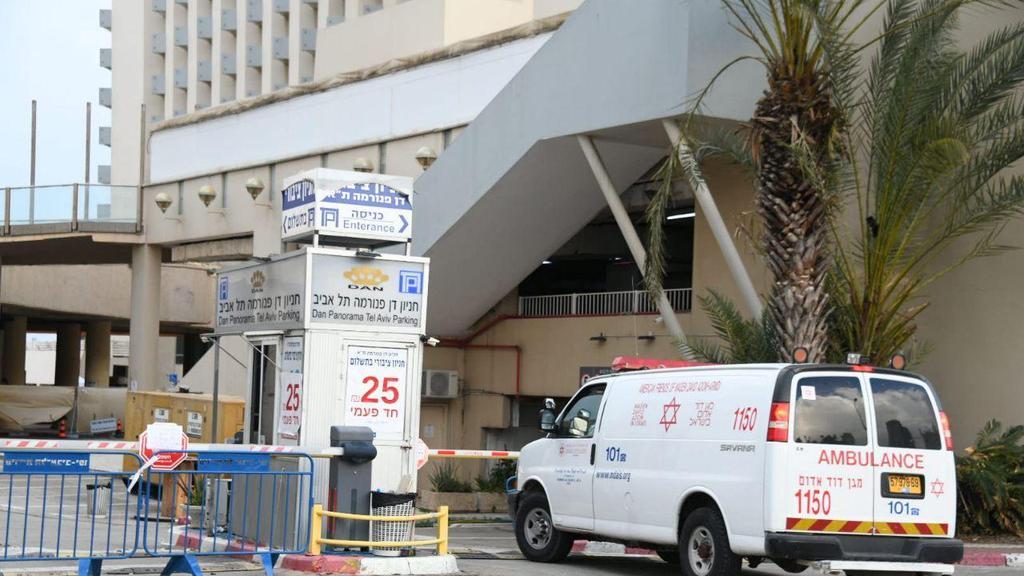 Амбуланс доставляет больного к отелю Dan Panorama. Фото: Яир Саги ()