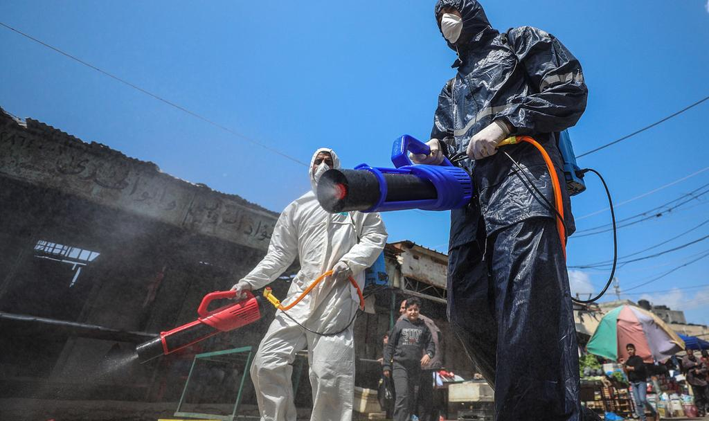 Hamas officials disinfect the streets of Gaza  ()