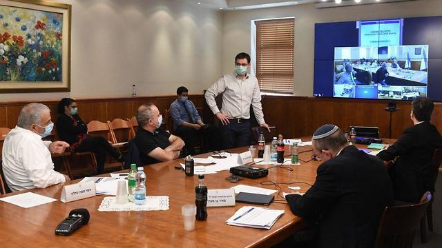 Моше Бар Симан-Тов на встрече с министрами. Фото: Коби Гидеон, ЛААМ ()