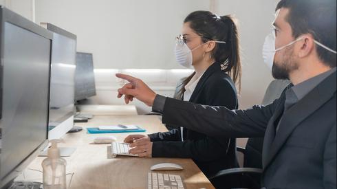 עבודה במשרד בזמן קורונה (צילום: Shutterstock)
