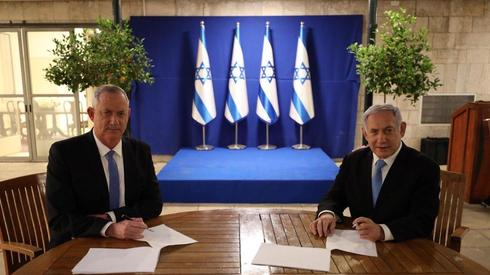 Gantz and Netanyahu signing the coalition agreement  ()