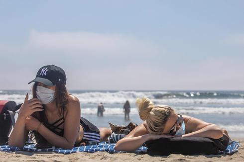 האמריקאים משוועים לצאת לחופשה: חוף האנטינגטון בקליפורניה (צילום: AFP)