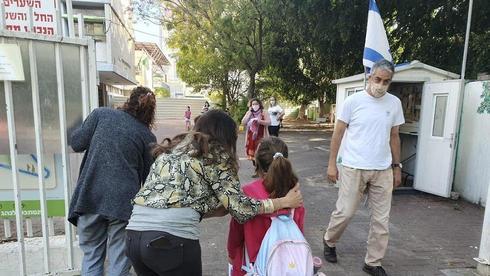 Возле здания школы в Гиватаиме. Фото: Ярив Кац ()