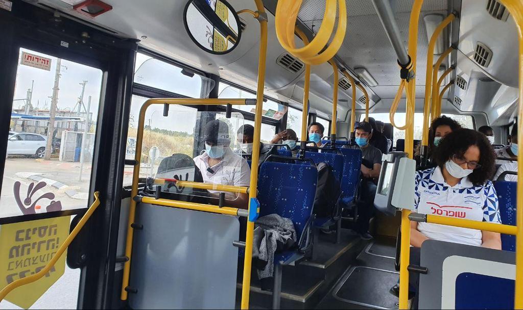 נסיעה בתחבורה ציבורית (צילום: אסף זגריזק)