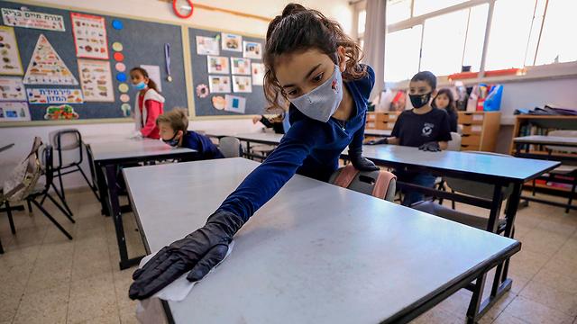 Резиновые перчатки в школе. Фото: AFP ()