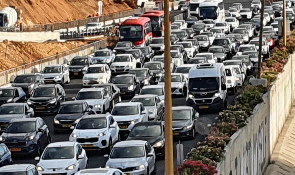 חזרה לשגרה בכבישים: לאחר ההקלות של משרד הבריאות- עומסים כבדים בנתיבי איילון (צילום: משי בן עמי)