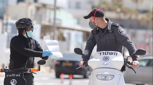 Полиция следит за выполнением требований карантинного режима в Тель-Авиве. Фото: Моти Кимхи ()