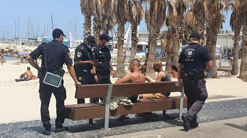 Police enforces health orders on Tel Aviv beach  ()