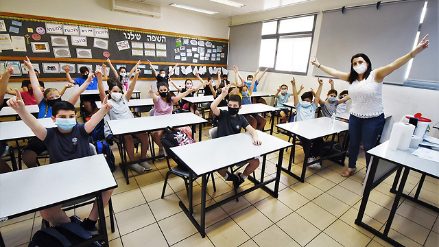 Pupils and teacher wear masks at a primary school in northern Israel  ()